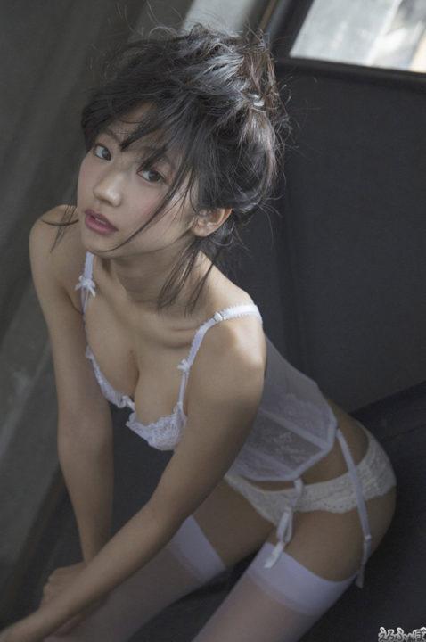 武田玲奈 純白のセクシーランジェリーとガーター