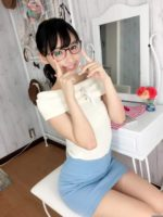 優等生の鶴巻星奈 超ミニスカートで美脚チラリ
