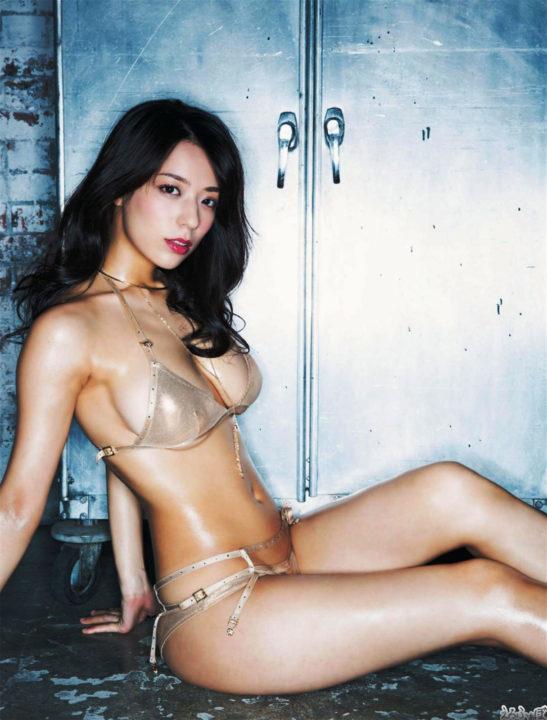 小瀬田麻由 テカテカのくびれボディー