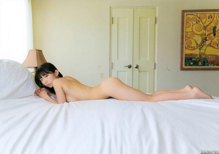 長澤茉里奈が裸でベッドに…過激なセミヌード画像