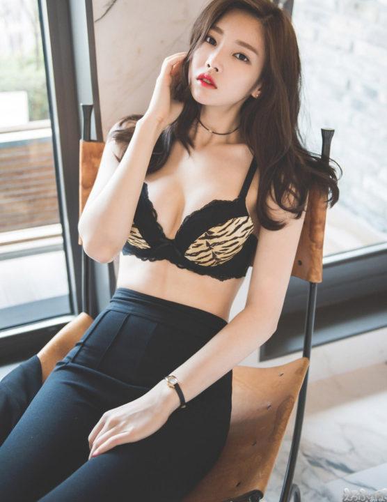 ブラジャー丸出しの韓国美女