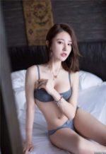 セクシーな下着姿でベッドに座る韓国のスレンダー美女