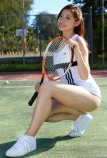 時田愛梨 破壊力抜群の美脚が眩しいテニスウェア姿