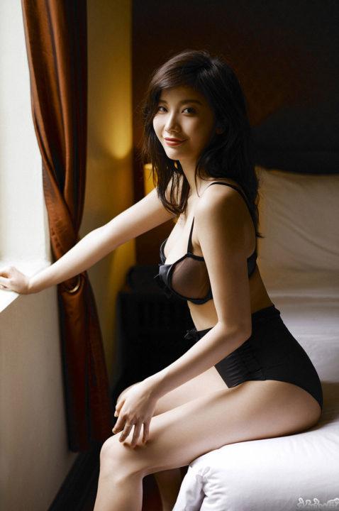 小倉優香 ホテルの一室で