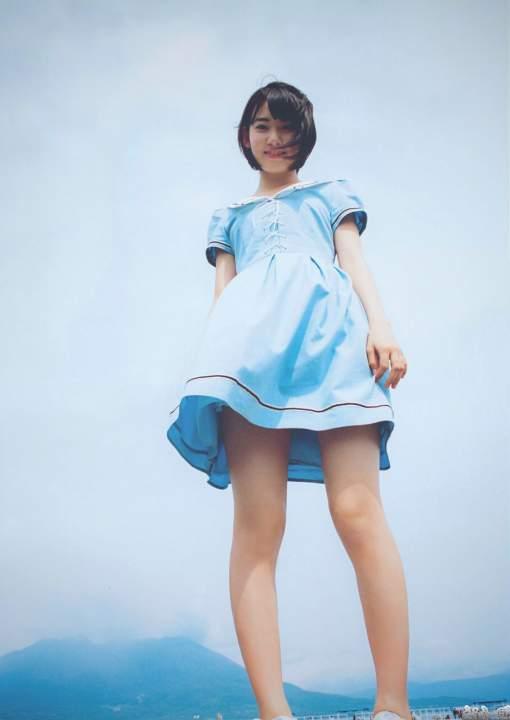 宮脇咲良のパンツが見えそうなローアングル写真