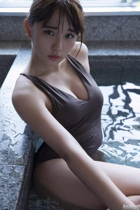 エッチな水着でお風呂に入る浅川梨奈