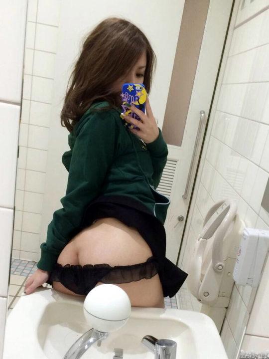 iPhoneで上手にお尻を撮影する美女