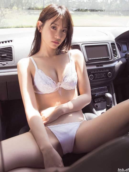 車内で大胆ランジェリー 永尾まりやの大股開き画像
