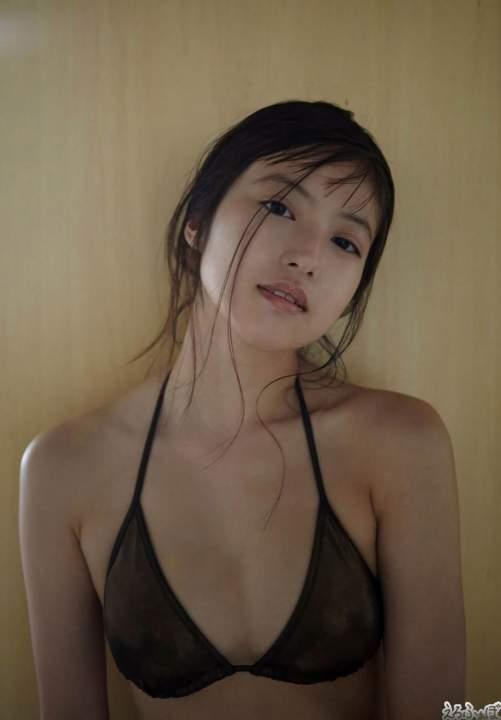 今田美桜 暗い室内で放つ色気