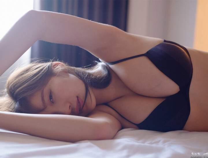 隣に寝てる小倉優香の爆乳がエッチ過ぎる