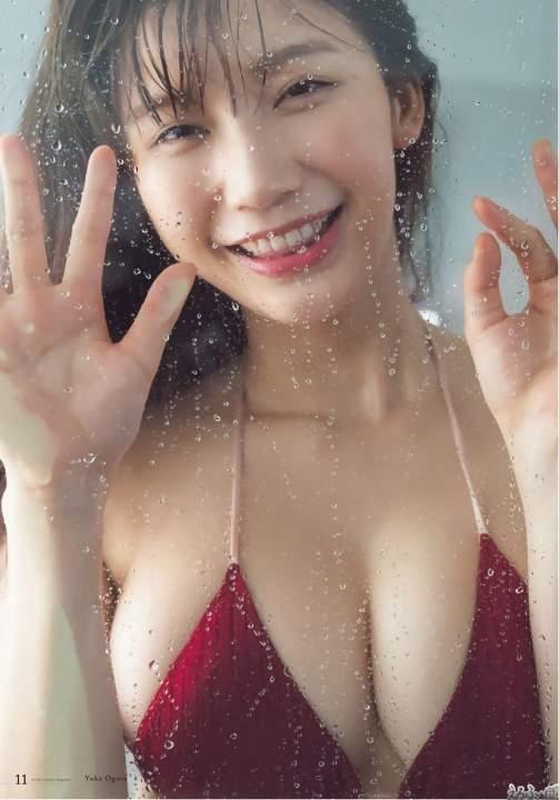 小倉優香 ホテルのシャワールームで巨乳をガラスに張りつける鉄板ポーズ