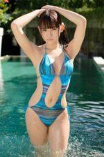 リゾートのプールで変態水着をキメる浅川梨奈