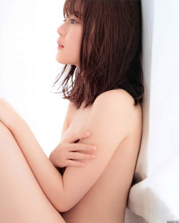 乃木坂46生田絵梨花のセミヌード 横から