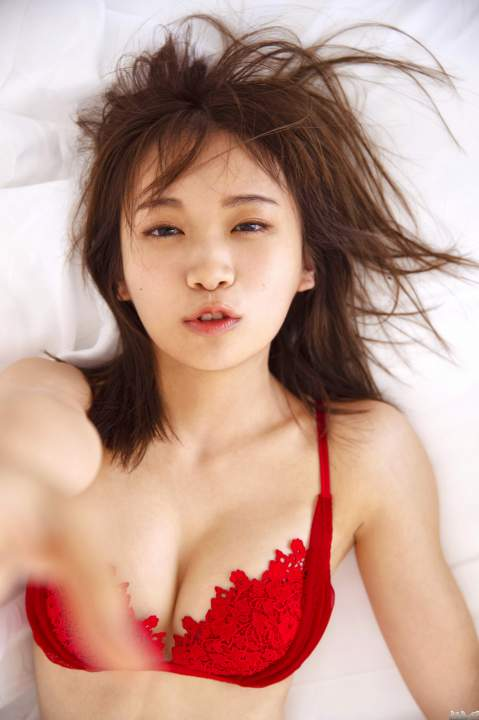 乃木坂46秋元真夏の美乳と真っ赤なブラジャー