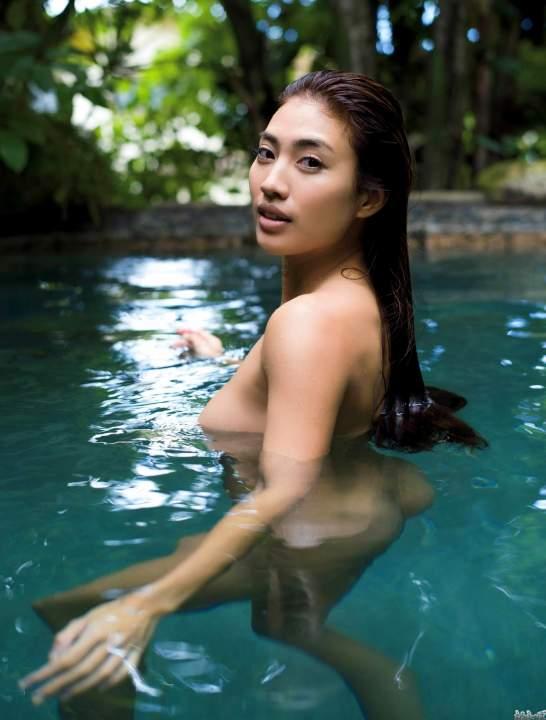 水の中で裸で泳ぐ青山めぐ