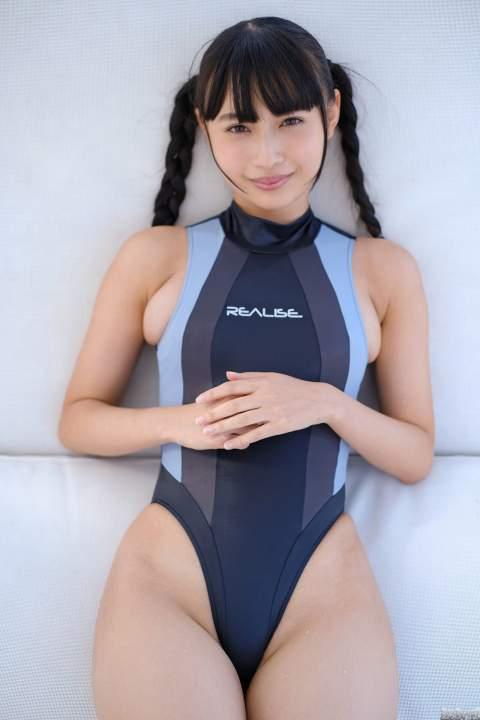 望月琉叶 超ハイレグ競泳水着でハミ出し巨乳