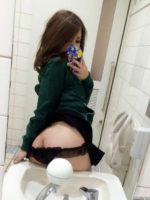 公衆トイレの中でお尻を出して自撮りするエッチなお姉さん