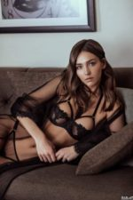 モデル兼YouTuber レイチェル・クックのシースルーランジェリー