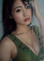 シャワーで濡れるセクシーな志田友美